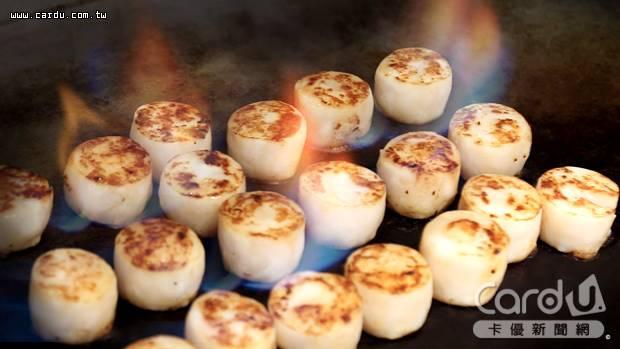 「火焰干貝」以大火炙燒方式,將白蘭地巧妙引出,打造以酒入菜的「夏酒菜」主題(圖/王朝飯店 提供)