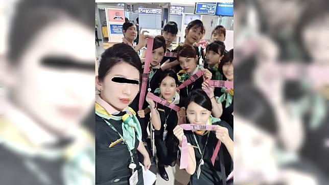 18名空服員臨時「罷飛」,並合照打卡留念。圖/翻攝臉書