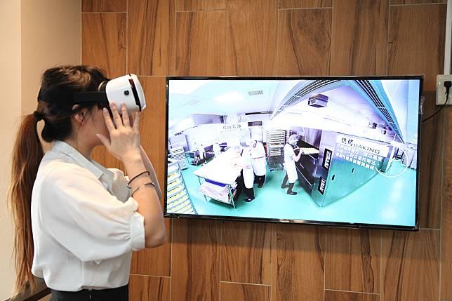 ▲「聖瑪莉丹麥麵包莊園」今(18)日開幕,業者引進360度頭戴VR設置,讓遊客彷彿置身生產線中。(圖/新北市經發局提供)