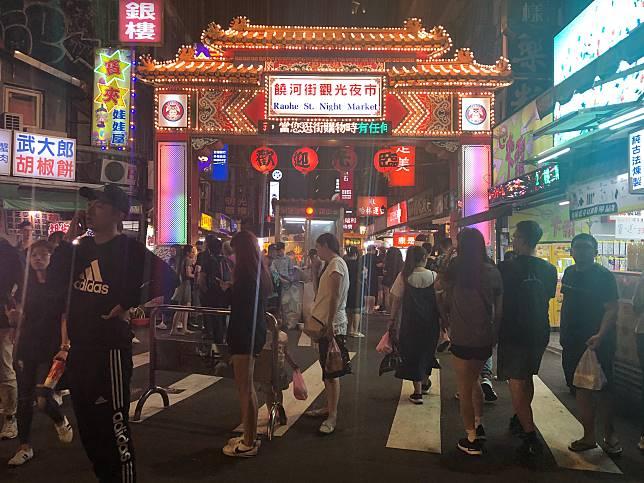 ▲饒河夜市在捷運松山站開通後,帶來更多觀光客,更顯熱鬧。(圖/信義房屋提供)