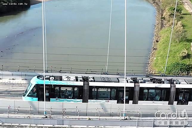 淡海輕軌列車行駛於淡水出海口的「藍海橋」上,第一期藍海線預計今年通車(圖/新北市政府 提供)