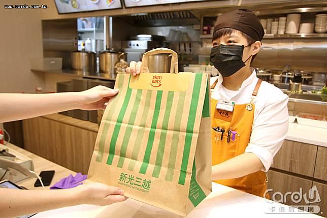 百貨公司搶攻「宅經濟」祭出美食外送服務,讓民眾在家也吃得到知名餐廳美食(圖/新光三越 提供)