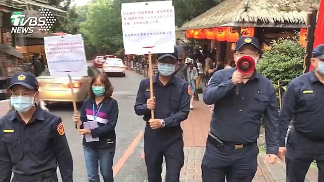 警方不斷呼籲遊客保持社交距離。(圖/TVBS資料畫面)